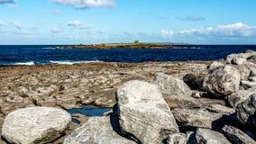 Le paysage spectaculaire de chaux a découvert et l'océan dans la baie de Doolin photos stock
