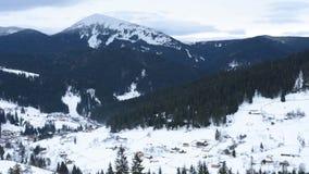 Le paysage stup?fiant sur lequel le matin est recr?? dans une neige de montagne a couvert le village ukrainien banque de vidéos