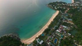 Le paysage urbain avec des personnes sur la mer échouent au jour ensoleillé d'été Images libres de droits