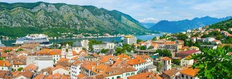 Le paysage urbain avec le bateau de croisière Image libre de droits