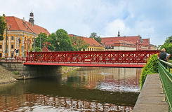 Le paysage urbain avec un pont Photographie stock libre de droits