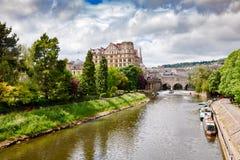 Le paysage urbain de Bath avec des jardins de défilé se garent à la rivière Avon Somers photos stock