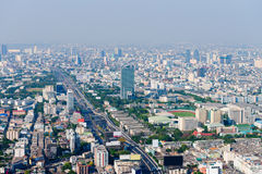 Le paysage urbain moderne et dramatique de Bangkok avec la route et les Bu grands Photo stock