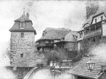 Le paysage urbain noir et blanc de la ville médiévale avec des portes dominent Images libres de droits