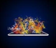 Le PC de Tablette émet la fumée colorée Image libre de droits