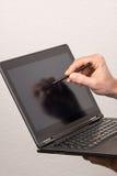 Le PC de Tablette est utilisé avec un stylo Photographie stock libre de droits