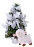 Le pecore bianche si avvicinano all'albero di Natale Fotografia Stock Libera da Diritti