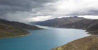 Le pecore sante Zhuo Yong del lago sbagliato prima della tempesta immagine stock