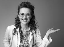 Le pediatrist de sourire soignent présenter quelque chose sur la paume vide photo stock