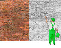 Le peintre de Chambre refait le vieux mur de briques Photographie stock libre de droits