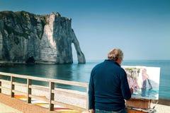Le peintre peint les falaises blanches célèbres d'Etretat Photo libre de droits
