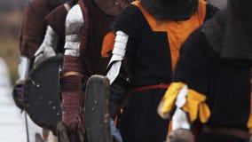 Le peloton médiéval entre dans la bataille Groupe de marche de chevaliers Reconstitution de combat banque de vidéos