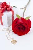 Le pendant et le rouge de forme de coeur de diamant se sont levés Photo stock
