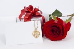 Le pendant et le rouge de forme de coeur de diamant se sont levés Images stock