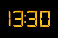 Le pendule à lecture digitale électronique avec des nombres jaunes sur un fond noir montre au temps treize trente heures du jour  image stock
