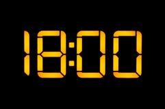 Le pendule à lecture digitale électronique avec des nombres oranges sur un fond noir montre le temps Dix-huit zéro mettent à zéro images stock