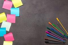 Le penne del feltro con le note appiccicose in bianco sulla copia spaziano il fondo Immagine Stock Libera da Diritti