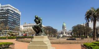 Le penseur par Rodin sur le monument de place du congrès à Buenos Aires images libres de droits