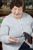 Le pensionné compte son dernier argent images stock