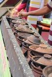 Le pentole indonesiane tradizionali fanno un spuntino l'argilla di serabi degli alimenti a rapida preparazione Immagine Stock