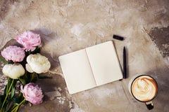 Le peonie rosa fresche fiorisce su fondo di legno invecchiato Disposizione piana Vista superiore con lo spazio della copia Fuoco  fotografia stock libera da diritti