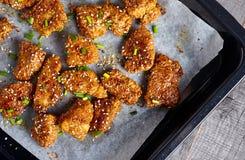 Le pepite di pollo in miele appiccicoso sauce su un di legno Fotografia Stock Libera da Diritti