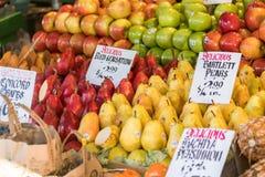 Le pere e le mele variopinte e varie ad una stalla al luccio dispongono il mercato a Seattle fotografia stock