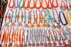 Le perle arancio e blu luminose del turchese sono vendute sul mercato dentro Immagine Stock Libera da Diritti