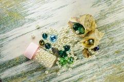Le perle blu dentro le conchiglie ed i barattoli hanno riempito di perle Fotografie Stock