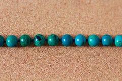 Le perle da turchese si trovano su una scatola dell'albero di sughero immagine stock