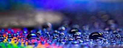 Le perle delle gocce di acqua gradiscono l'arcobaleno Immagine Stock Libera da Diritti