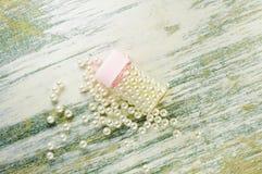 Le perle ed i barattoli sparsi della perla hanno riempito di perle Immagini Stock Libere da Diritti