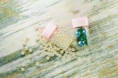 Le perle ed i barattoli sparsi della perla hanno riempito di perle e di perle blu Immagini Stock Libere da Diritti