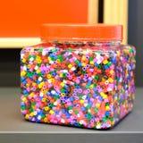 Le perle variopinte del ` s dei bambini per il peyote cucono Grande barattolo di plastica immagine stock