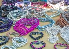 Le perle variopinte fatte a mano etniche tradizionali africane fissano i cuori degli accessori Immagine Stock Libera da Diritti