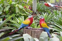 Le perroquet synthétique comme décoration de jardin dans le jardin tropical de Nong Nooch à Pattaya, Thaïlande Image stock