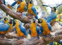 Le perroquet synthétique comme décoration de jardin dans le jardin tropical de Nong Nooch à Pattaya, Thaïlande Photographie stock