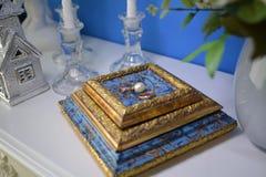 Le persone appena sposate degli anelli di oro sono accanto alle perle bianche Fotografie Stock