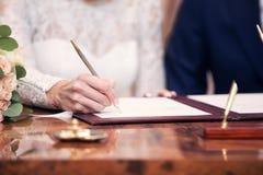 Le persone appena sposate hanno messo una lista nel certficate del matrimonio Fotografie Stock Libere da Diritti