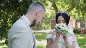 Le persone appena sposate si abbracciano e si godono di sul loro giorno delle nozze video d archivio