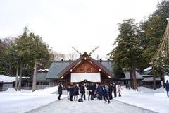 Le persone appena sposate stanno avendo le nozze all'Hokkaido Jingu nel parco di Maruyama a Sapporo, Hokkaido, Giappone 2018 fotografia stock