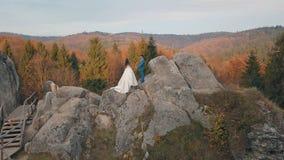 Le persone appena sposate stanno su un alto pendio della montagna Sposo e sposa Vista di Arial fotografie stock