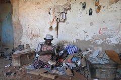 Le persone con le inabilità hanno organizzato un seminario per la fabbricazione delle calzature della gomma Hargeisa immagine stock libera da diritti