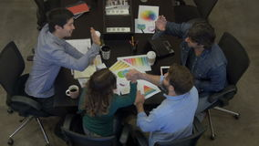Le persone di affari di riunione di vista superiore applaudono le mani che si siedono insieme l'ufficio della tavola archivi video