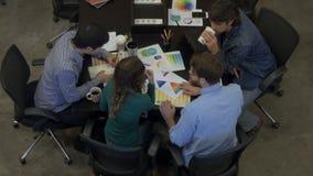 Le persone di affari di riunione di vista superiore presentano il diverso gruppo di corsa della miscela dell'ufficio video d archivio