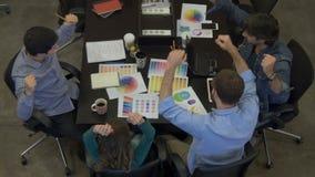 Le persone di affari di riunione di vista superiore presentano il diverso gruppo di corsa della miscela dell'ufficio stock footage
