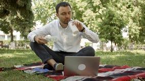 Le persone di affari hanno una rottura al pascolo con il computer portatile Immagini Stock Libere da Diritti