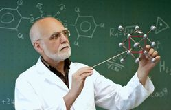 Le personnel de laboratoire montre des molécules Images libres de droits