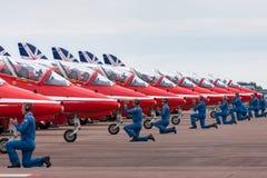 Le personnel de piste de Royal Air Force RAF Red Arrows prépare le faucon T d'espace britannique 1 avion à rouler au sol pour le  photo libre de droits