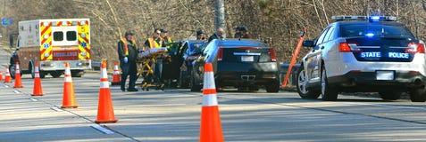 Le personnel de secours répond à un accident de route photo stock